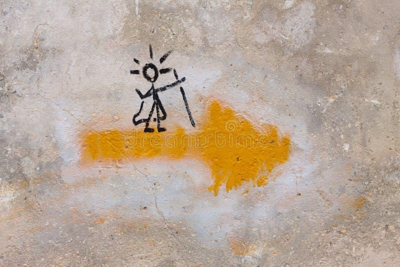 圣詹姆斯方式的标志或者Camino与一个黄色箭头和一个香客的de圣地亚哥,对此 免版税库存图片