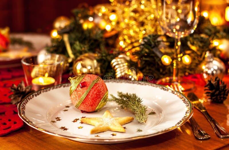 圣诞前夕晚餐会与装饰的桌设置 免版税库存照片