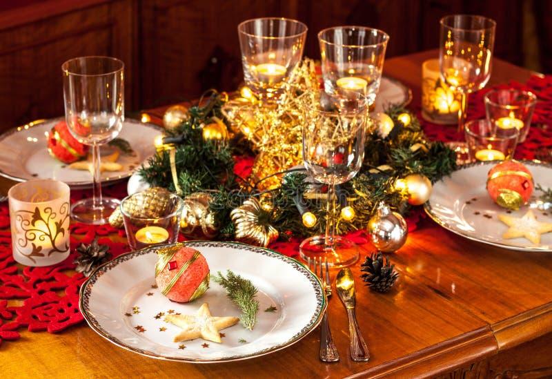圣诞前夕晚餐会与装饰的桌设置 免版税库存图片