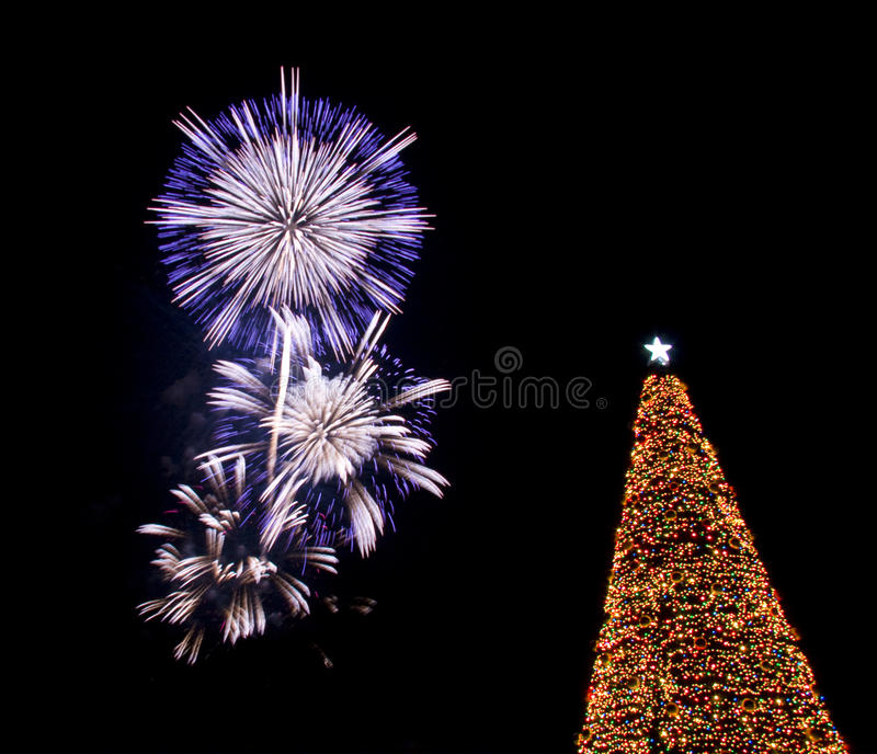 圣诞前夕烟花圣诞老人结构树 库存照片