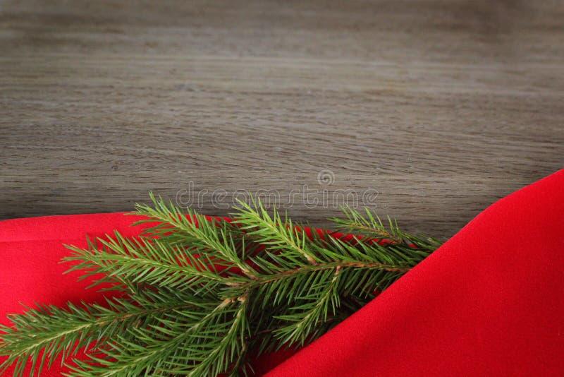 圣诞卡片背景 新年假日 圣诞节静物画 r 在红色和木ba的绿色杉木分支 免版税库存图片