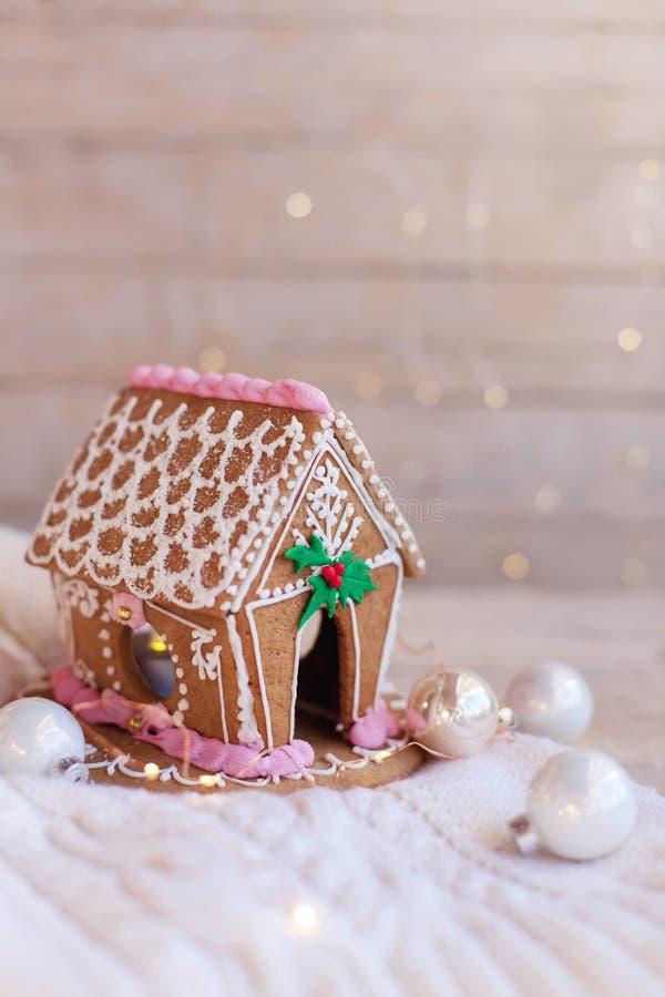 圣诞姜饼屋,木质背景的装饰品,饰有釉 自制糖果 免版税图库摄影