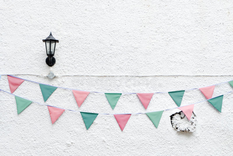 圣诞快乐党下垂垂悬在x ` mas前夕假日事件的白色墙壁背景的旗布 最小的行家样式设计 库存照片