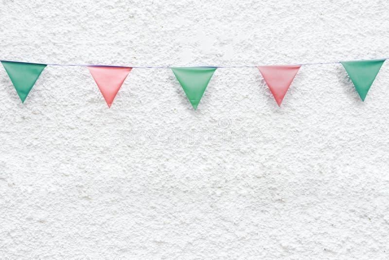 圣诞快乐党下垂垂悬在x ` mas前夕假日事件的白色墙壁背景的旗布 最小的行家样式设计 库存图片