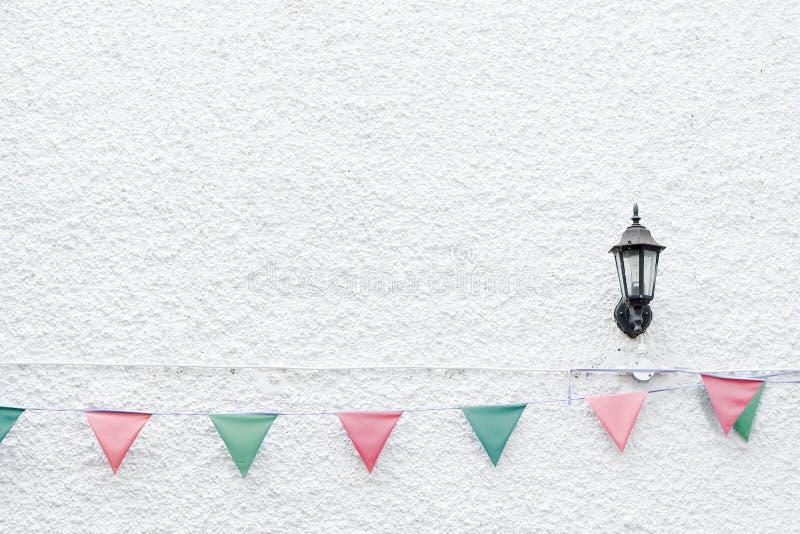圣诞快乐党下垂垂悬在x ` mas前夕假日事件的白色墙壁背景的旗布 最小的行家样式设计 免版税图库摄影