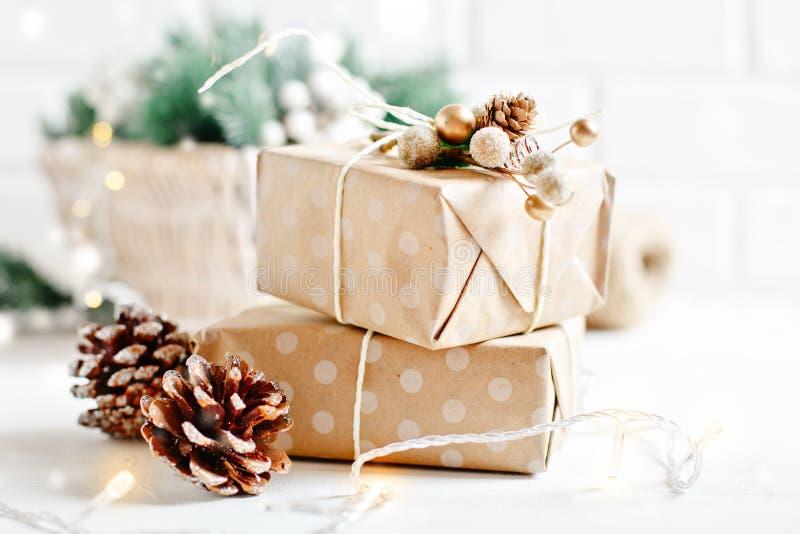 圣诞快乐和新年好 在轻的背景的圣诞节礼品 选择聚焦 抽象空白背景圣诞节黑暗的装饰设计模式红色的星形 图库摄影