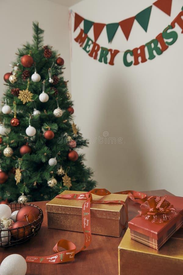 圣诞快乐和新年快乐假日!装饰圣诞树户内 xmas树和礼物的宏观或接近的图片 库存照片