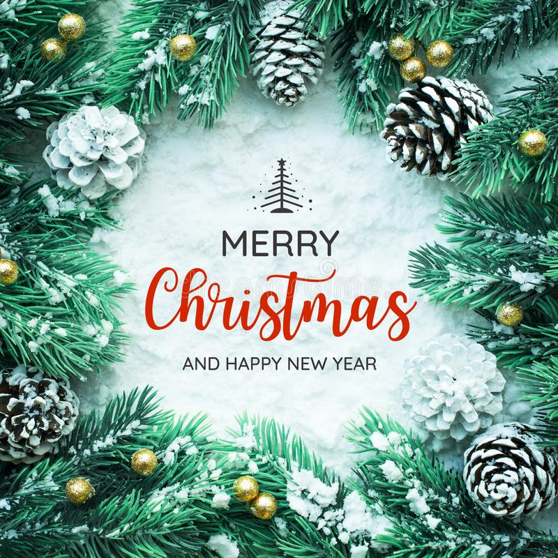 圣诞快乐和新年快乐印刷术,与圣诞节装饰品的文本 免版税图库摄影
