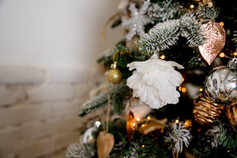 圣诞快乐和新年快乐概念,垂悬从与bokeh的一棵装饰的树的白色,银色中看不中用的物品特写镜头  免版税库存照片