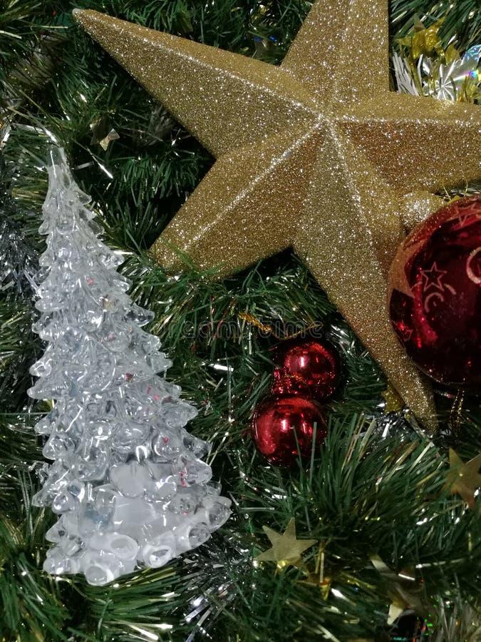 圣诞快乐和新年快乐、白色清楚的Xmas树、金星和红色球与绿色闪亮金属片 库存照片