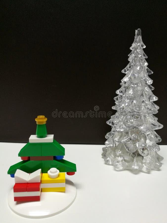 圣诞快乐和新年快乐,白色清楚和微小的五颜六色的Xmas树玩具装饰 免版税库存图片