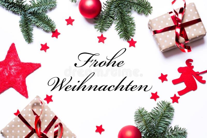 圣诞快乐用在圣诞节背景的德语与礼物 免版税图库摄影