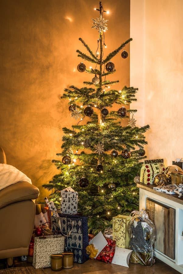 圣诞快乐美丽的客厅树设定了在节日快乐在家装饰的aith礼物 库存图片