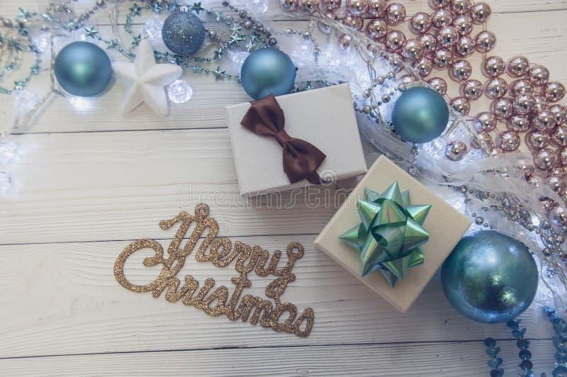 圣诞快乐蓝色假日杉树玩具装饰星球礼物魔术构成 免版税库存图片