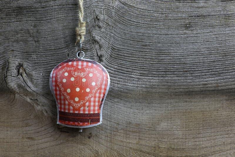 圣诞快乐装饰方格花布心脏样式锡响铃 免版税库存照片
