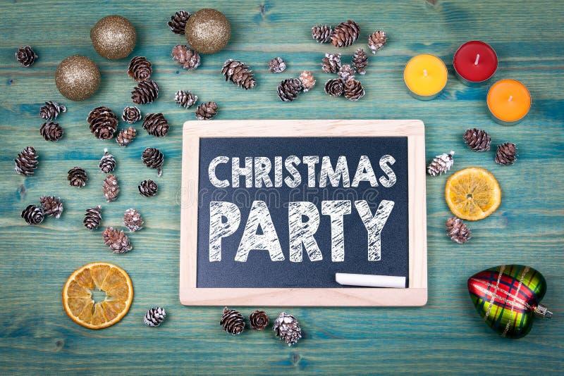 圣诞晚会 背景上色节假日红色黄色 装饰品和装饰在一张木桌上 库存图片