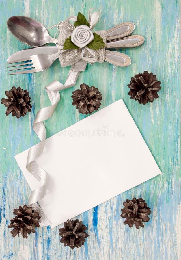 圣诞晚餐与土气装饰的桌设置 垂悬的装饰绿松石破旧的桌木顶视图,与c的平的位置 库存图片