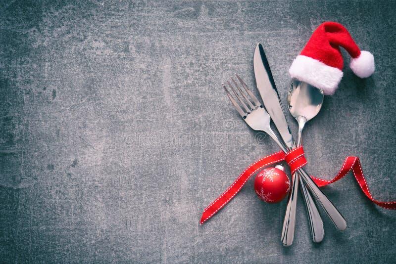 圣诞晚餐桌与圣诞老人帽子的餐位餐具 免版税库存照片