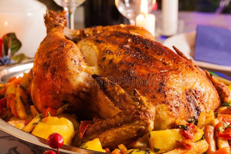 圣诞晚餐的被烘烤的鸡 库存照片
