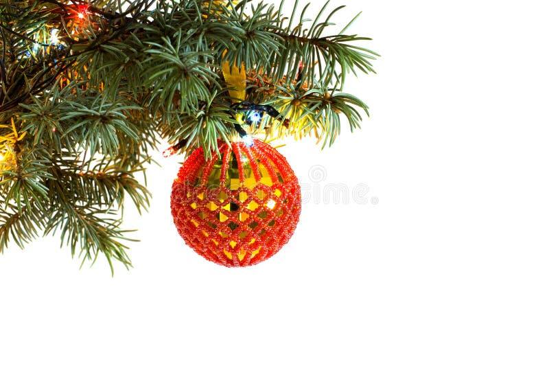 圣诞树与垂悬手工制造工艺新年玩具球样式的冷杉分支从红色小珠 免版税库存照片