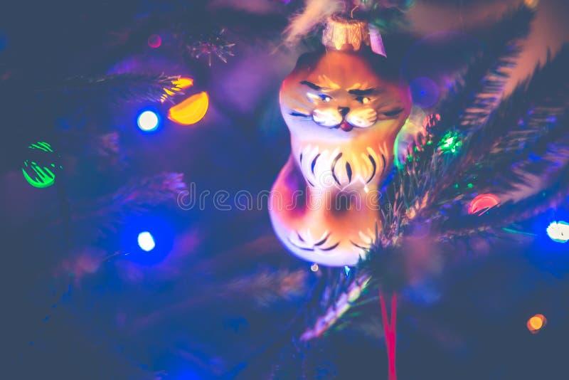 圣诞树光和玩具猫 免版税库存照片