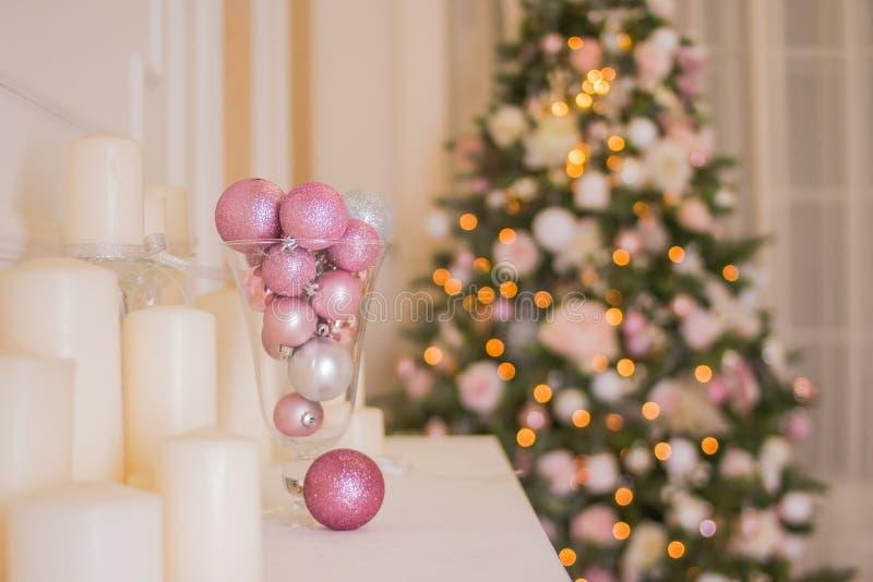 圣诞树内部,在桃红色的Xmas壁炉装饰的户内,圣诞节的幻想客厅 桃红色和银 免版税库存照片
