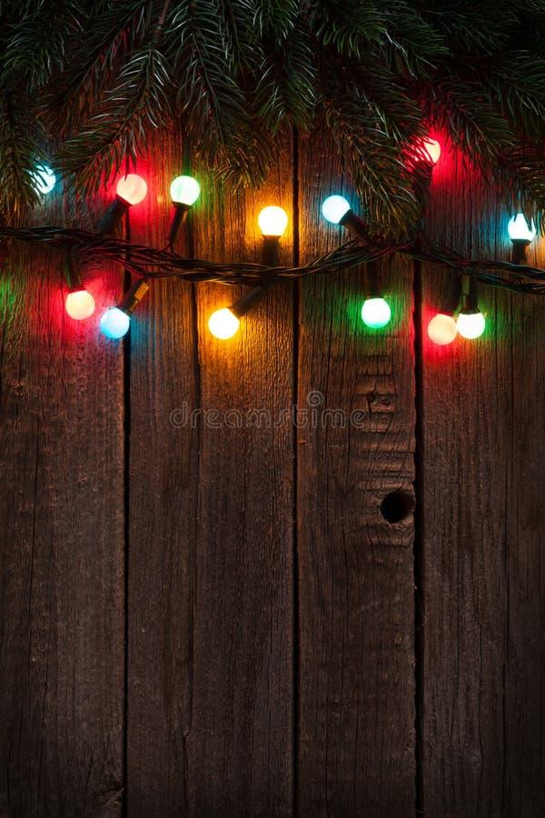 圣诞树分支和五颜六色的光 免版税库存照片
