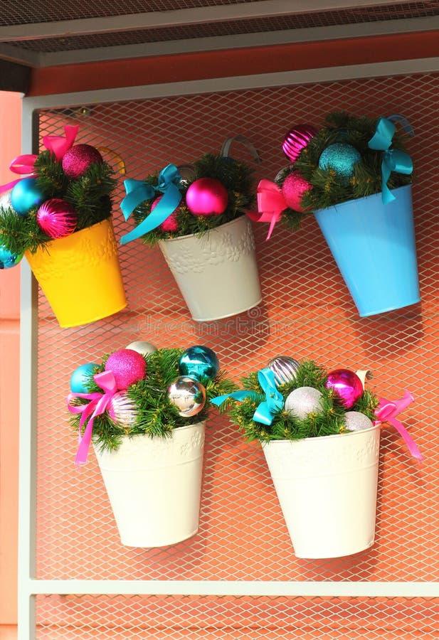 圣诞树分支和泡影,商店extrior装饰 库存照片