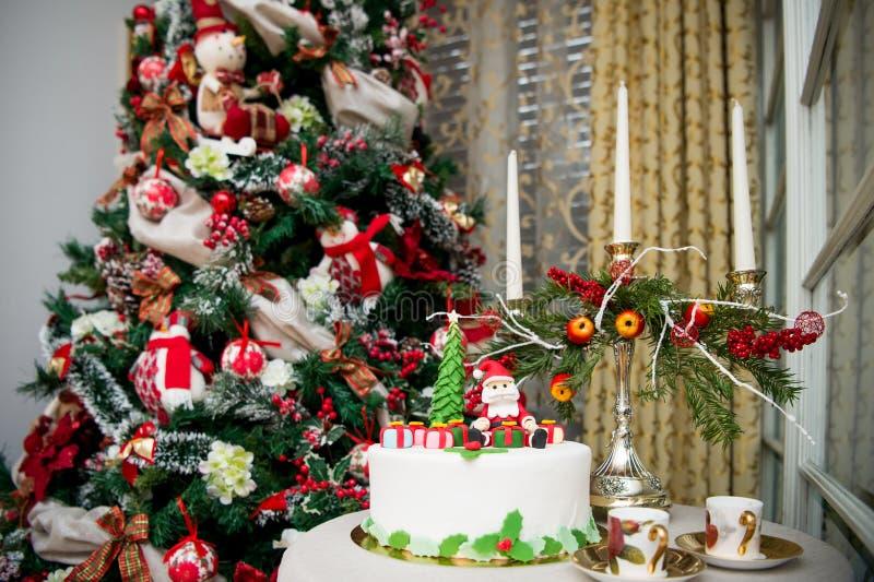 圣诞树和一个特别蛋糕 免版税库存图片