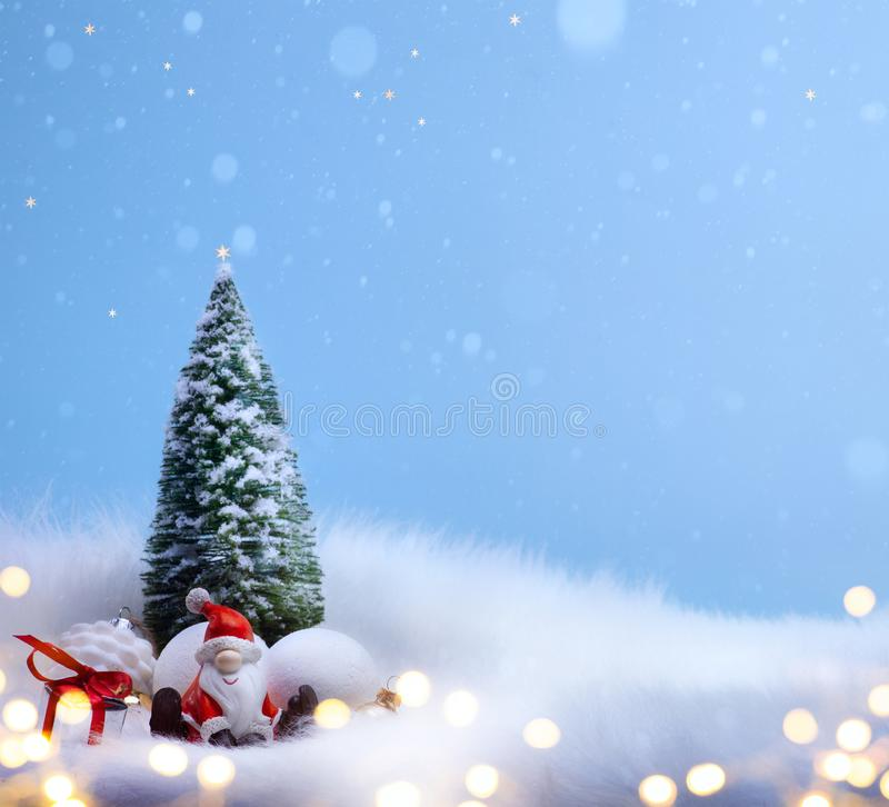 圣诞树和假日圣诞老人装饰装饰品 库存照片