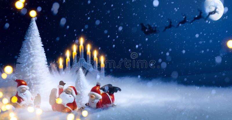 圣诞树和假日圣诞老人装饰装饰品 免版税库存照片