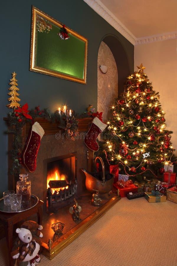 圣诞树和欢乐壁炉 免版税库存图片