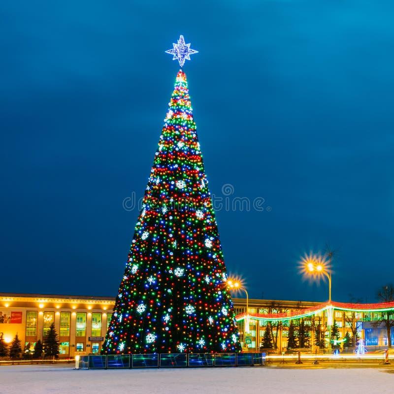 圣诞树和欢乐照明在列宁 免版税库存照片