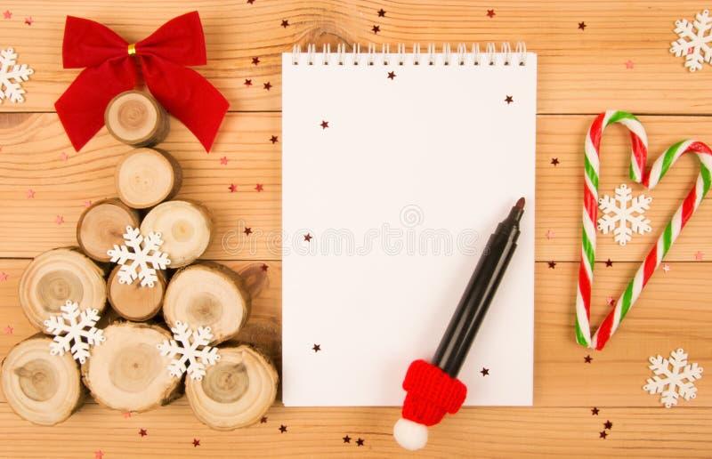 圣诞树和笔记本圣诞老人信件的 免版税图库摄影