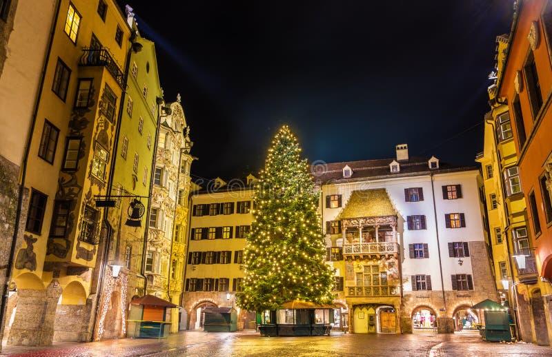 圣诞树在因斯布鲁克的市中心 免版税库存图片