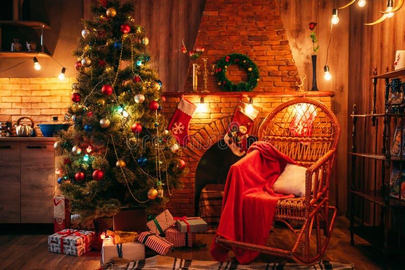 圣诞树在有假日装饰的屋子里 库存图片