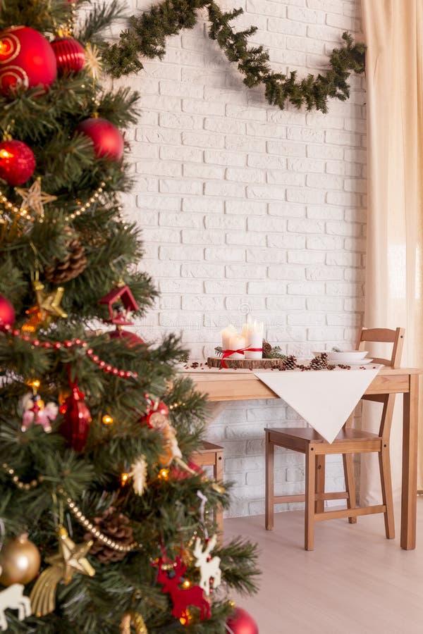 圣诞树在餐厅 免版税库存照片