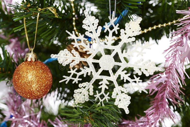 圣诞树垂悬从一个常青分支的假日装饰品 图库摄影