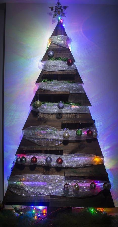 圣诞树手工制造木背景光 免版税库存图片