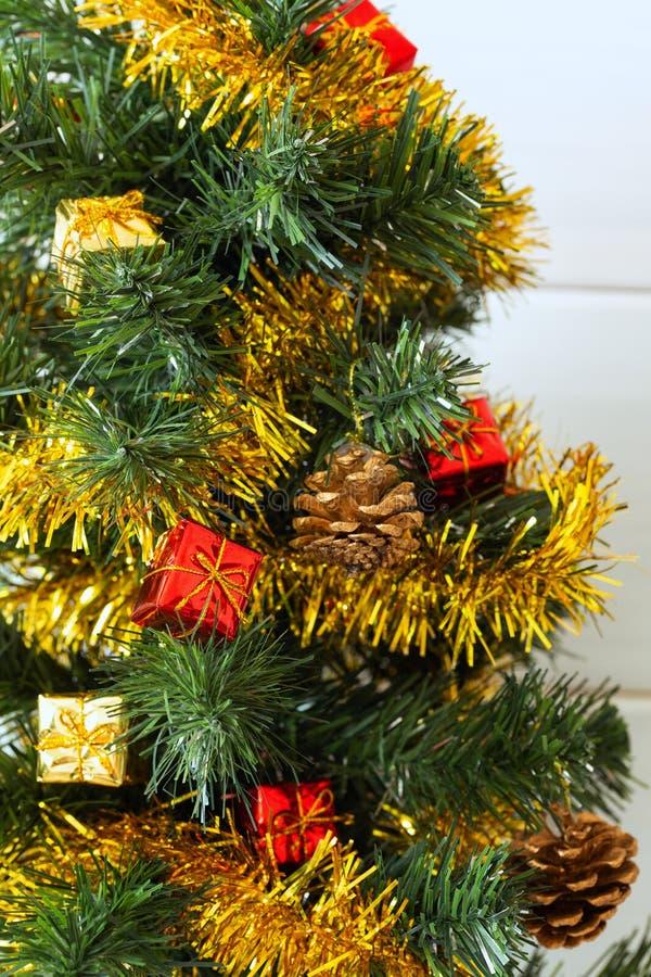 圣诞树有致力和圣诞节愿望的明亮的背景 免版税库存照片