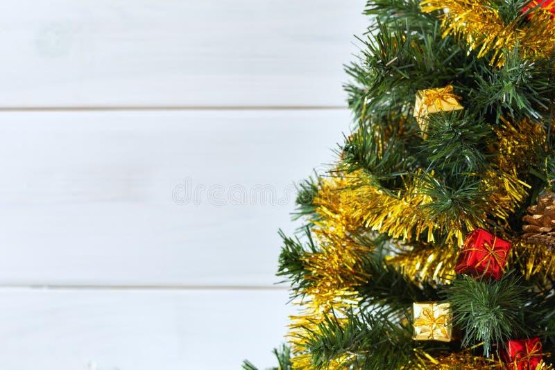 圣诞树有致力和圣诞节愿望的明亮的背景 免版税库存图片