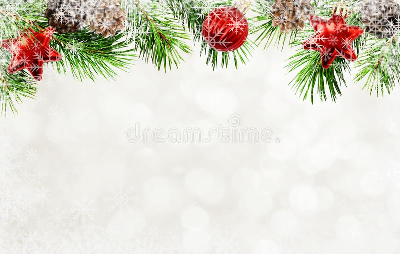 圣诞树枝杈、锥体、球和雪花背景的 库存图片