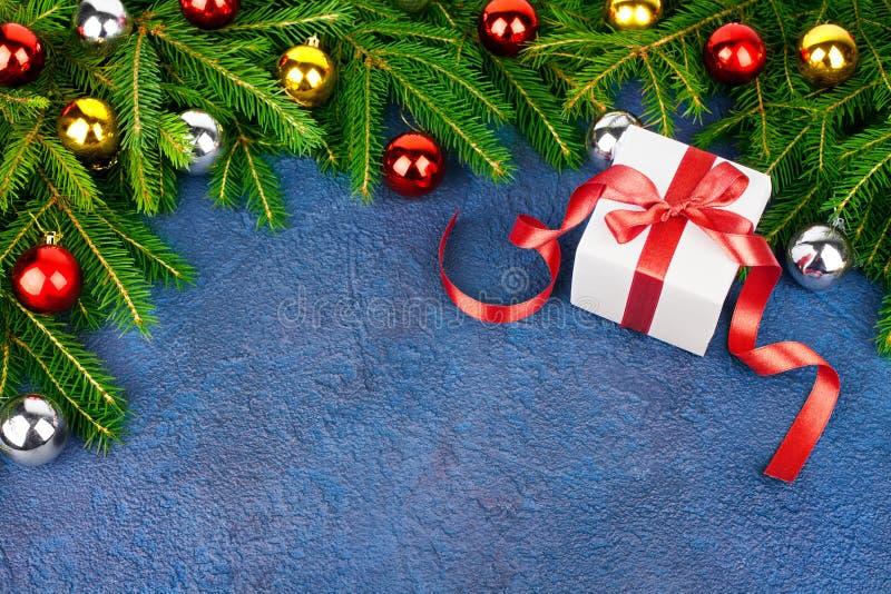 圣诞树欢乐边界,新年装饰框架,在绿色冷杉分支,礼物盒的金黄,银色球装饰 库存照片