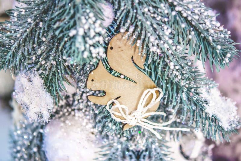 圣诞树玩具装饰和积雪的圣诞树分支 免版税库存图片