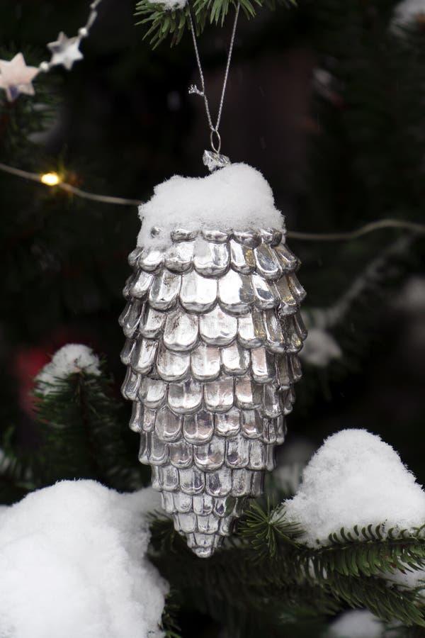 圣诞树玩具银锥体和雪 免版税库存照片