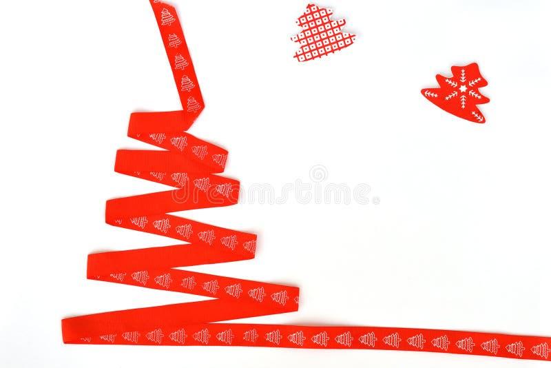 圣诞树由红色丝带制成在白色背景,孤立 圣诞节概念新年度 库存图片