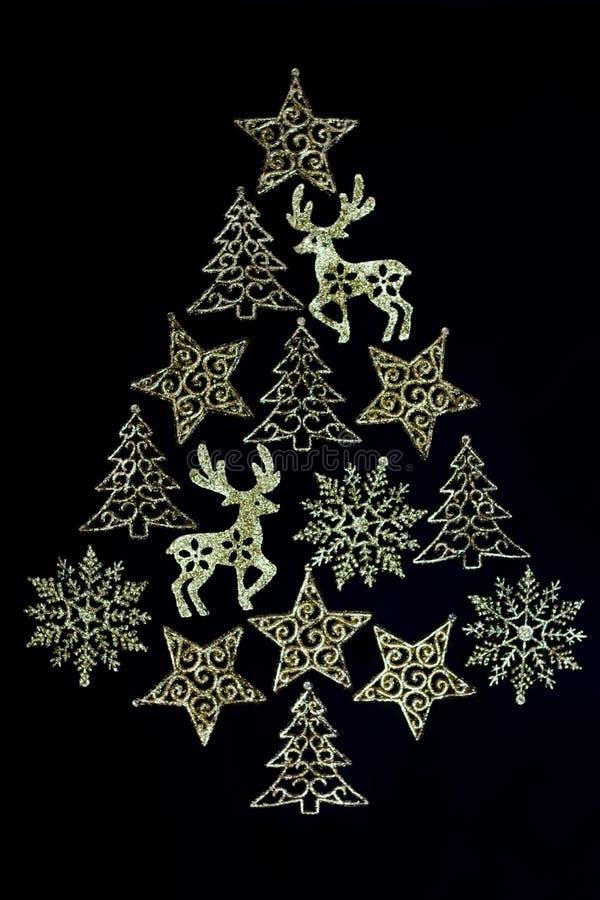 圣诞树由金黄,闪耀的装饰品制成 库存照片