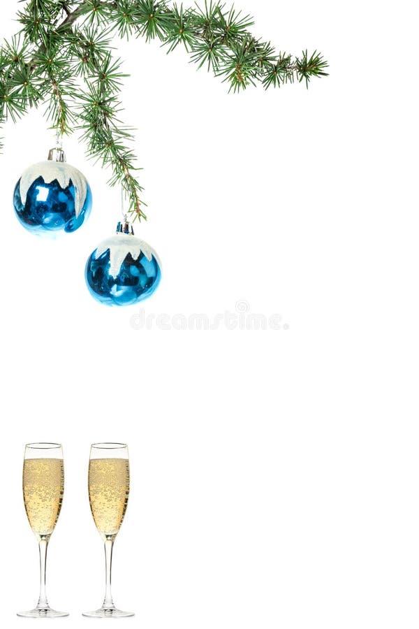 圣诞树的蓝色雪roud球装饰品与两glasse 库存照片