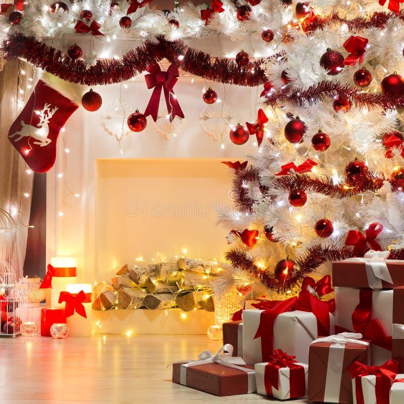 圣诞树礼物和壁炉,装饰由Xmas袜子 库存照片