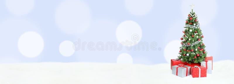 圣诞树背景横幅雪浅兰的装饰拷贝 库存照片